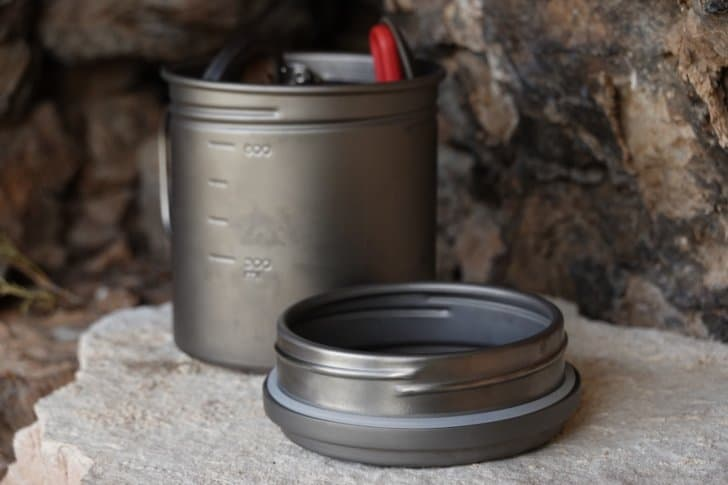 vargo pot 700 review: pot on a rock with a spoon